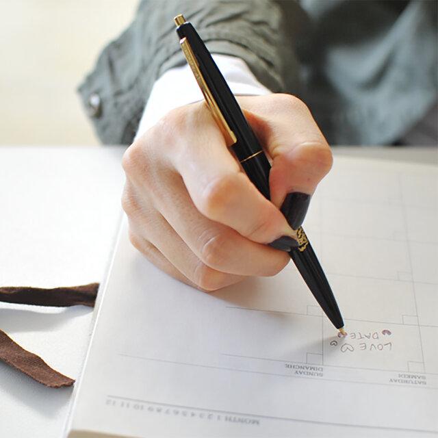 手に馴染んで持ちやすく、なめらかな書き心地。ビジネスシーンをスマートに彩り、大人の品格を漂わせます。