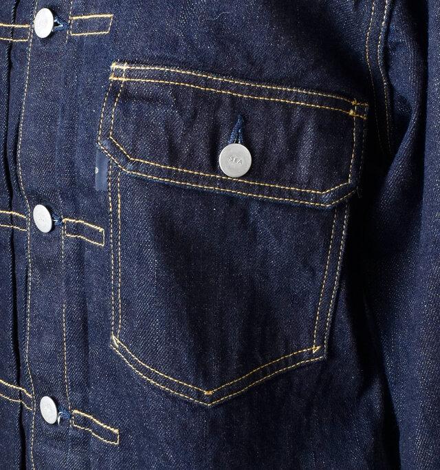 左胸にはフラップポケットが付いており、存在感のあるアクセントに。 いたるところに施されたステッチも全体を印象をキリッと引き締めます。