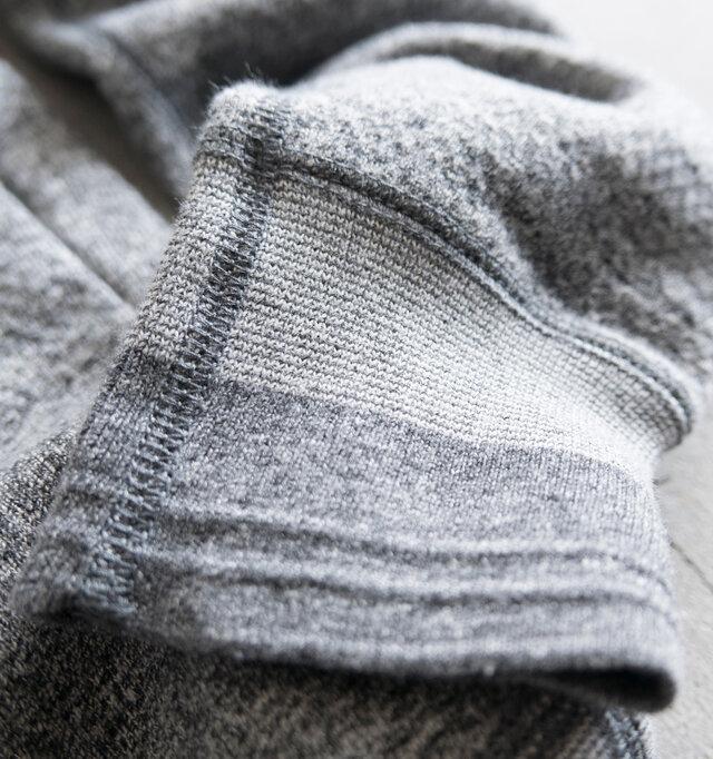 リブの編み方、圧縮度が変わりグラデーションになっているのが特徴的です。