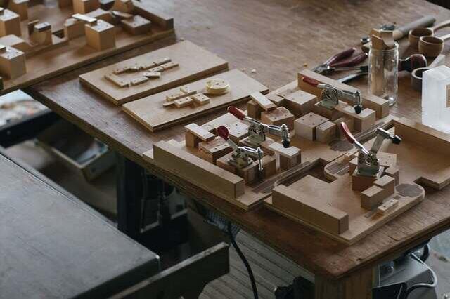 治具とは加工や組み立ての際、部品を固定し作業をやりやすくするもの