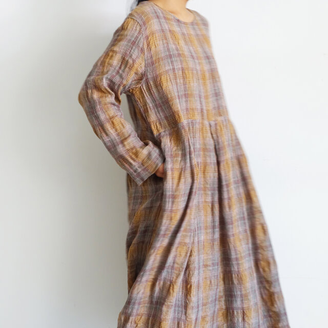 切り替え部分にさり気なくタックが入っており、ほどよくフレア感のあるスカートに。1枚でサマになる、存在感のあるシルエットです。