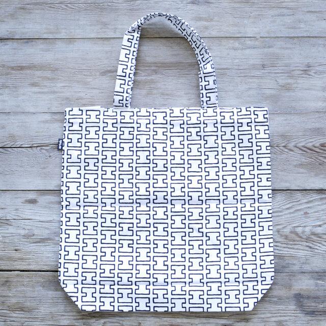 「H55」は1955年のスウェーデンのデザイン博覧会でエリッサ・アールトによって発表されました。 ホワイトに「H」モチーフが連続して描かれています。