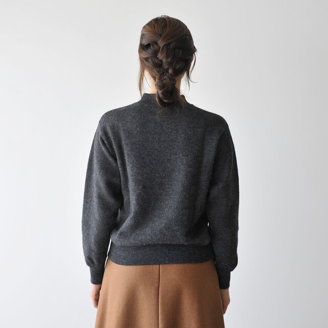 着丈や肩回りはコンパクトに、身幅に余裕を持たせたシルエット。 美しいシルエットは1枚でもしっかり存在感を放ちます。
