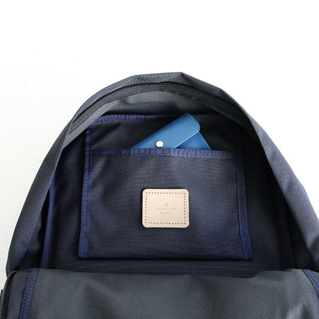 真ん中の部屋には吊りポケットが付いており、他にポケットが付いてない分、大きめの荷物をストレスなく出し入れが可能です。