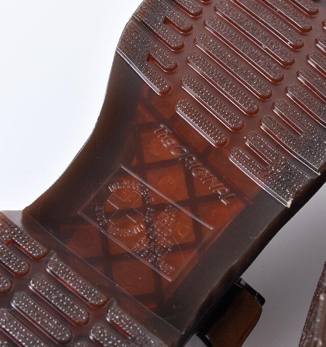 高いグリップ力、衝撃吸収性、耐摩擦性に優れたオリジナルのアウトソール。柔軟な特殊ゴム素材で作られており、ソール内に空気の層を設ける事により、衝撃をスムーズに吸収するクッションとなり、「ハウジング」と呼ばれる弾むような履き心地を実現しています。