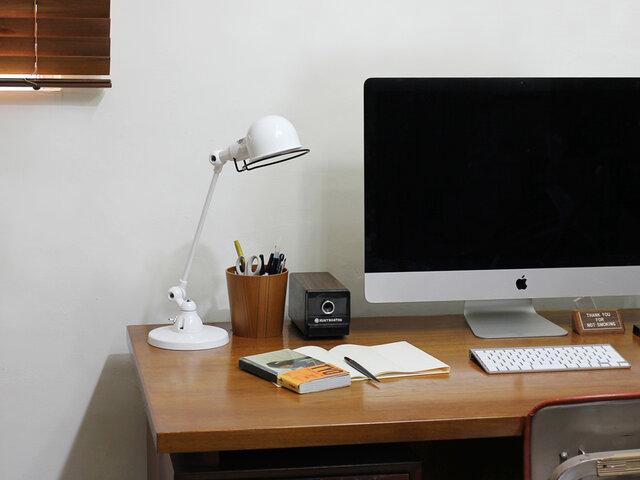 従来のデスクランプ(DESK LAMP SIGNAL )よりもアームが一本少なく、日本の室内環境でも使いやすい省スペース仕様のデザインです。