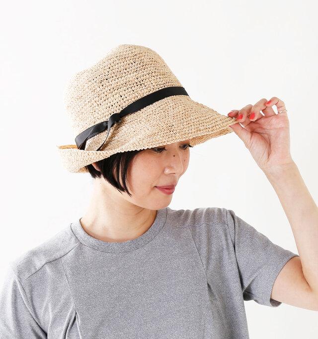 つばは約9cmと標準の長さ。アレンジもできる余裕もあり、強い日差しからお顔や頭を守ってくれます。