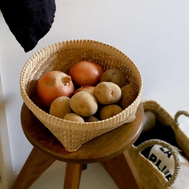 丁寧に編まれた細やかな編み目と、しっかりした作りが魅力の竹かご。