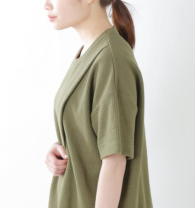 肩周りと身幅にたっぷりゆとりを持たせたオーバーシルエット。柔らかな素材感と相まって、着ると綺麗な落ち感とたわみを表現。