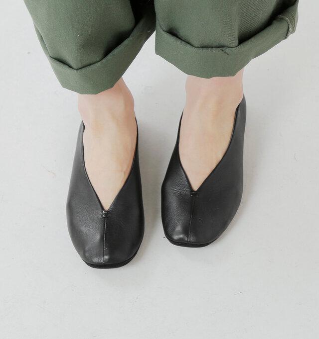 印象的なV字型のカッティング。足首からつま先へかけて美しい曲線を描き、脚を細く長く、スッキリと見せます。甲部分の肌の露出を増やし、シャープなディテールでスタイリッシュさもプラス。