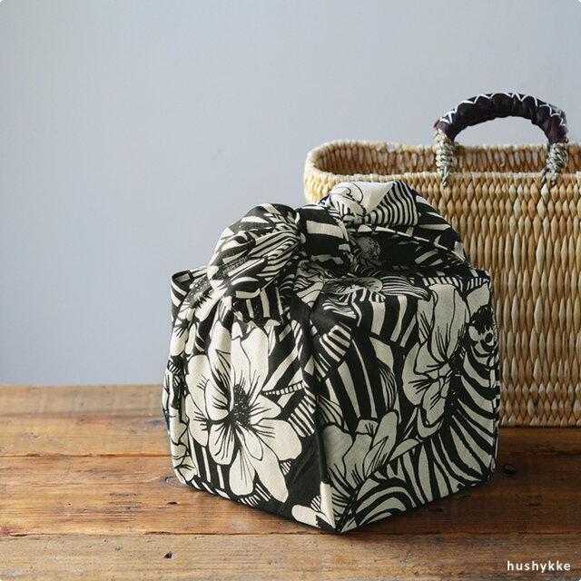 花や動物があしらわれたヘイニ・リータフタのデザイン。ヘイニは、食器メーカー・アラビアでも活躍する女性デザイナーです。