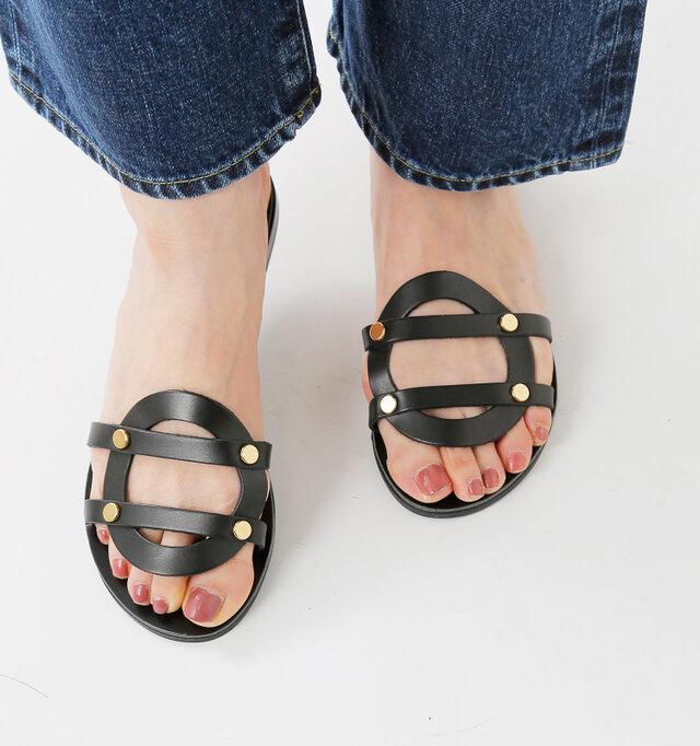 足の形に自然に沿うフォルムのサンダルです。サークルになった甲革が印象的です。