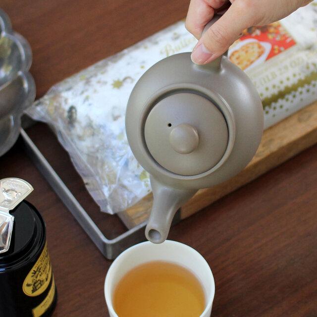 ぽってりと厚みのある陶器は、優れた保温性と耐久性を兼ね備えているので、毎日気軽に使えるのも嬉しいですね。 ※写真は2カップ用です