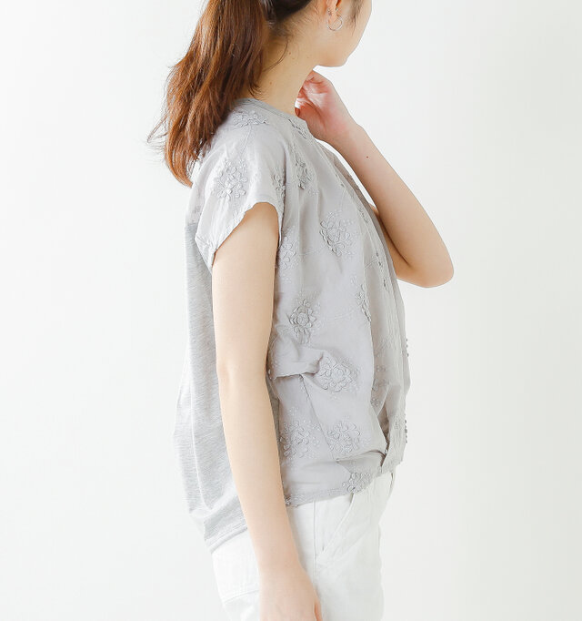 フロントの裾はタックを施し、ふわりと膨らむ立体的なシルエットに仕上げています。生地のたわみが美しく、体型カバー効果も期待できます。また、肩にそっとかかるフレンチスリーブが腕をすらりと細く見せてくれるのも、魅力の一つです。