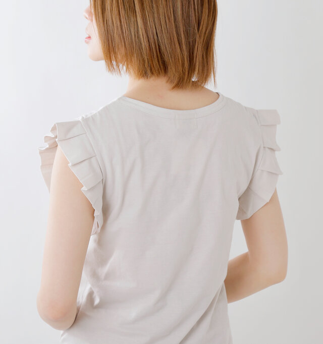 大人の着こなしにふさわしいコンパクトなネックライン。ダブルステッチを採用し、丈夫な作りになっています。シンプルな作りながらお袖のフリルが華やかさと可愛らしさをプラスします。