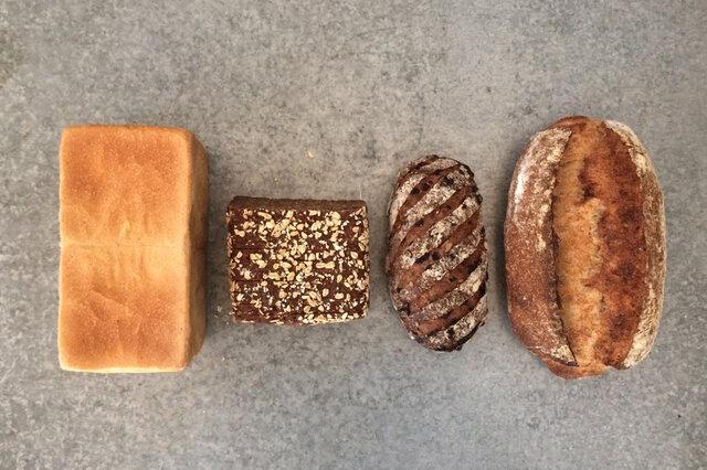 左から角食、黒パン、ヴェルヌカランツ、ブロ