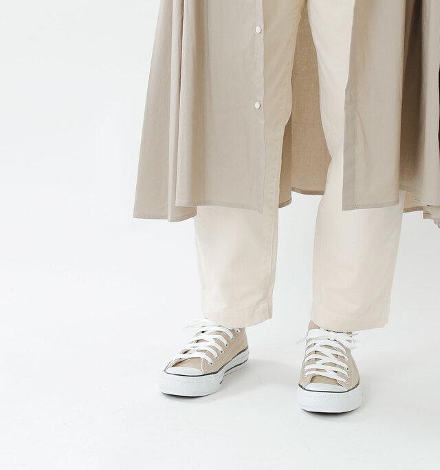 足の形に沿ってラウンドしたトゥの形状を、ラインが縁取ったアイコニックなデザイン。