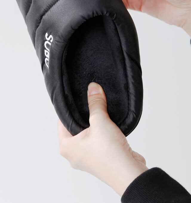 内側には素足で履いても心地よい起毛素材が、つま先までびっしりと敷き詰められています。