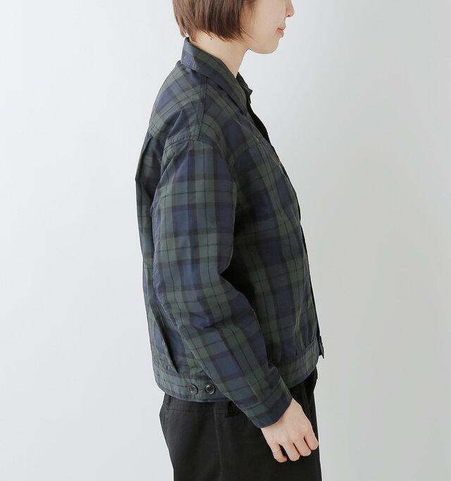 細すぎず、太すぎないこなれ感のある絶妙なシルエット。袖はすっきりと仕上げています。