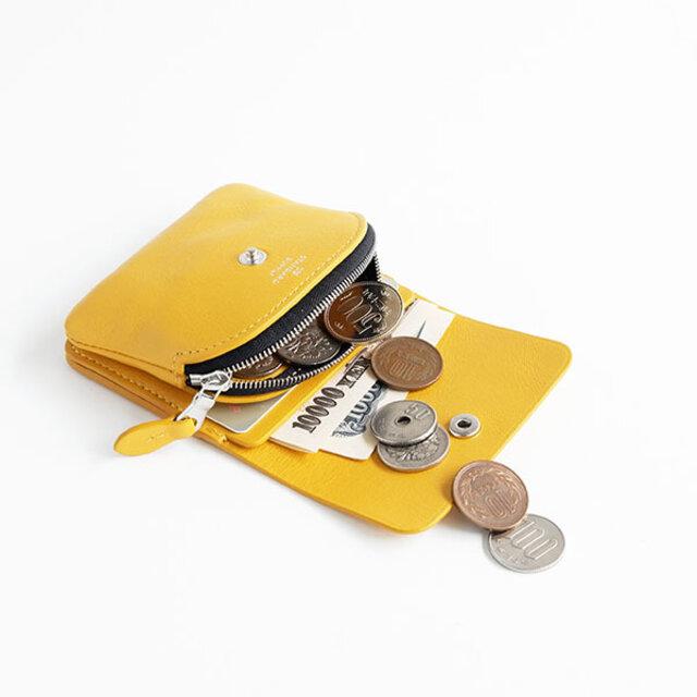 大きくとられた前面のコインケースは、ラウンドにすることで狭い幅でも小銭が取り出しやすくなっています。