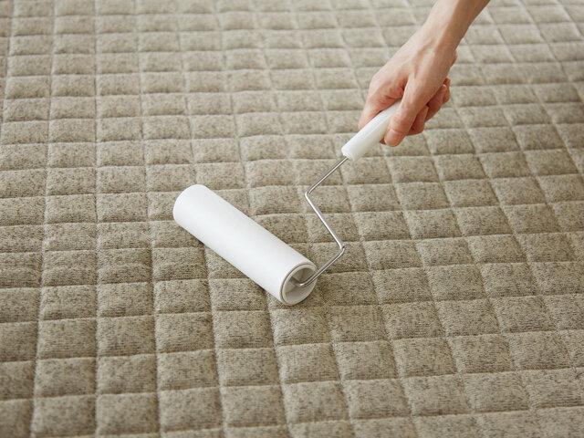 特にペットを飼われているご家庭だとお掃除が何かと大変なもの。ラグ表面には毛足がないので、ペットの毛やゴミも絡みにくく、コロコロでも手軽にお掃除することができます。