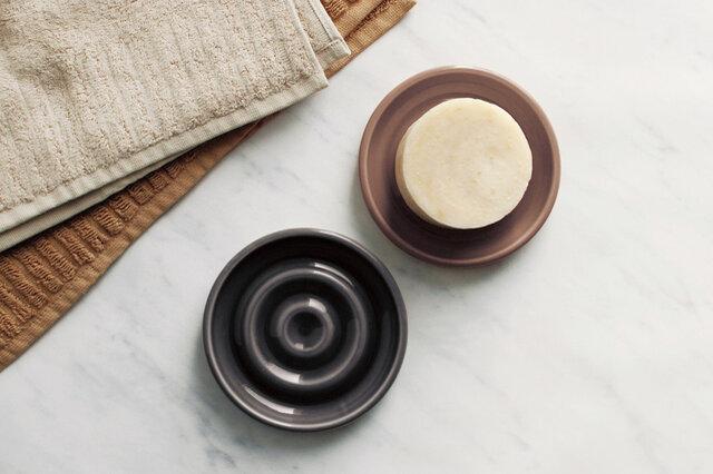 円形の可愛らしいソープディッシュ。固形石鹸が皿につかないよう凹凸を施し、エッジを丸く仕上げることでやわらかな表情を描いています。