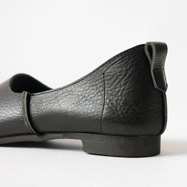 ドッキング部に見られる縫い代がアイコニックなデザインポイントに◎ 靴の履き口に取り付けられたつまみはプルストラップ付きで、着脱を容易にする役割をもっています。