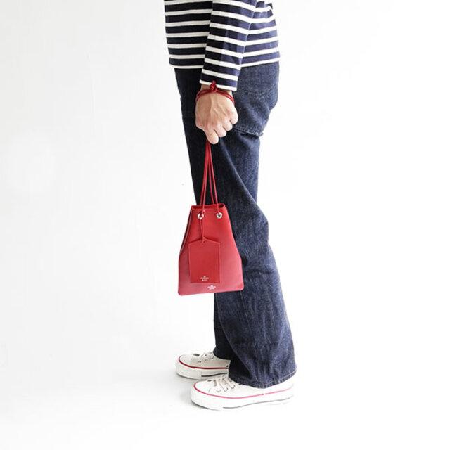 お出かけの必要最低限の荷物、携帯と小さめのお財布が入るくらいの大きさです。