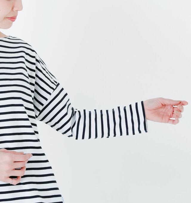 身幅に比べて袖はタイトに仕上げてあり、メリハリのあるディテールでバランスの良いシルエットを描きます。