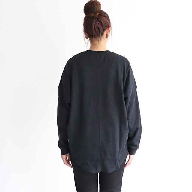 あえてのゆったりとしたサイズがトレンド感もあり、シンプルに着てもおしゃれに決まる一枚です。