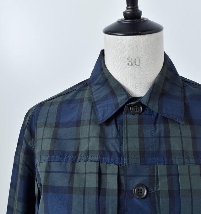カジュアルな仕上がりながらもきちんと感のある襟元。同系色のシックなボタンがスタイrッシュな印象に。