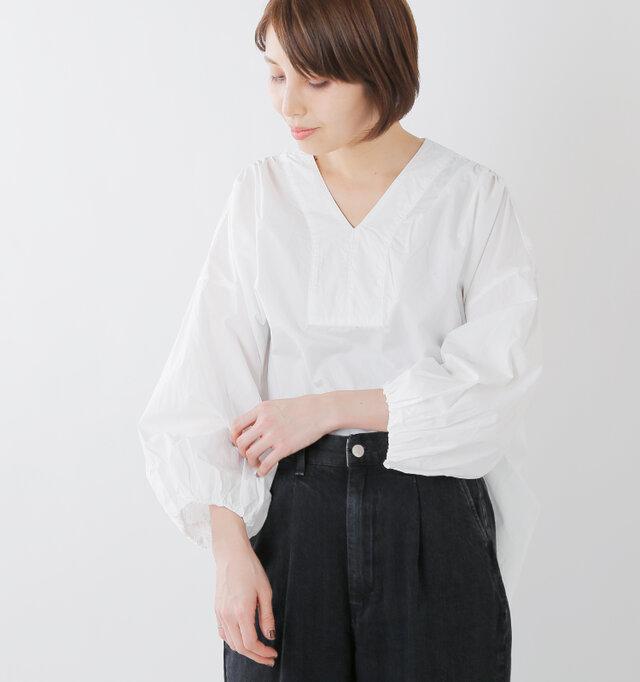 エスニックなカフタンデザインが魅力的。襟を抜いて抜け感をアップさせるのもおすすめですよ。
