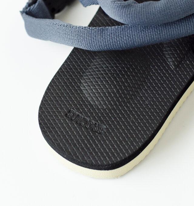 フットベッドは土踏まず部分に凹凸を付ける事で、足へのストレスを大きく軽減します。