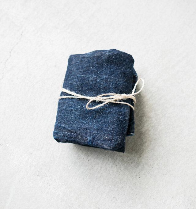 柔らかな生地を活かして、コンパクトに折り畳むことも可能。セカンドバッグとして旅行のお供に。