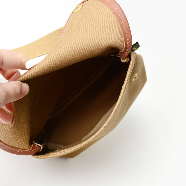 財布や携帯電話、コンパクトカメラを入れるのにもちょうど良いサイズ◎。 旅先でのサブバッグとしてもオススメですよ。