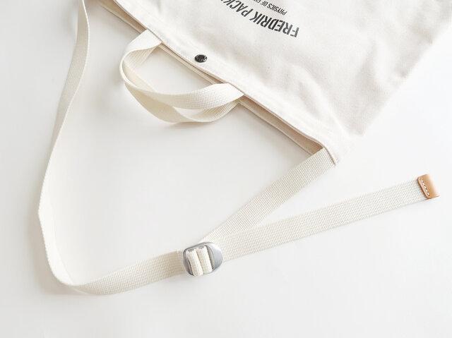 ショルダーストラップは肩掛けと斜め掛けどちらでも対応可能。 56~99cmまで調整することができます。