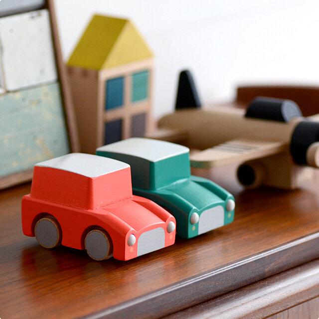 ナチュラルなおもちゃだから、インテリアの雰囲気を損なわず、本棚やテレビ台、チェストの上などに飾っておいてもかわいいですよ。遊びたいときにサッと取り出せてすぐに遊べるのがいいですね。