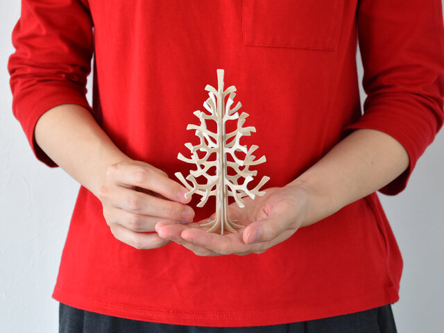 手のひらサイズの14cmなので、玄関、デスク、窓際、キッチン…あらゆる場所に置くことができ、クリスマスを運んできてくれます。