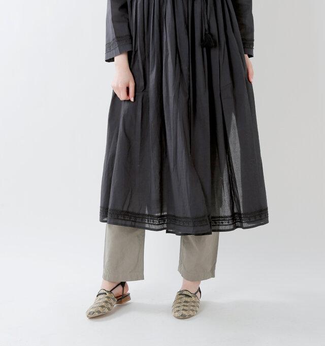 透け感のある裾にも刺繍を。ボトムスをちらっと覗かせたレイヤードスタイルが素敵です。