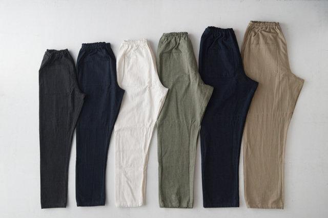 左からSS(ブラック)、S(デニム)、M(ホワイト)、L(カーゴ)、2L(デニム)、3L(チノ)の6サイズ。