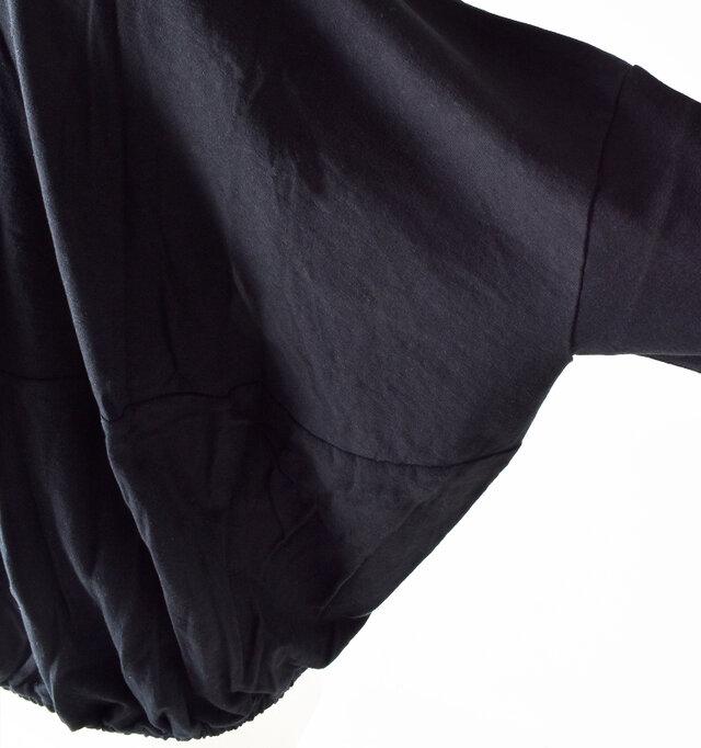 袖と背中の上下が切り替え生地です。カジュアルになりすぎないアクセントがおしゃれ感をアップさせます。