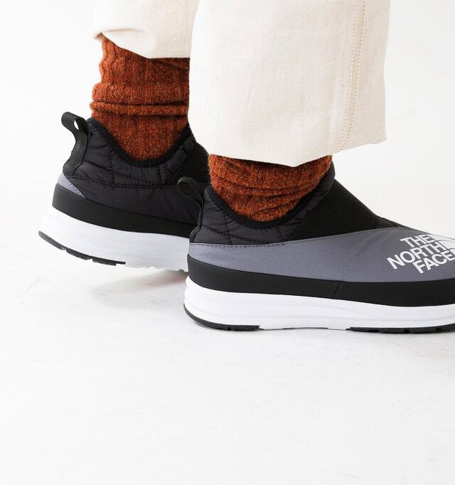 日本人の足に合うラスト形状を採用し、立体構造のヒールカップが足のアーチを支えることで歩き疲れを軽減してくれます。