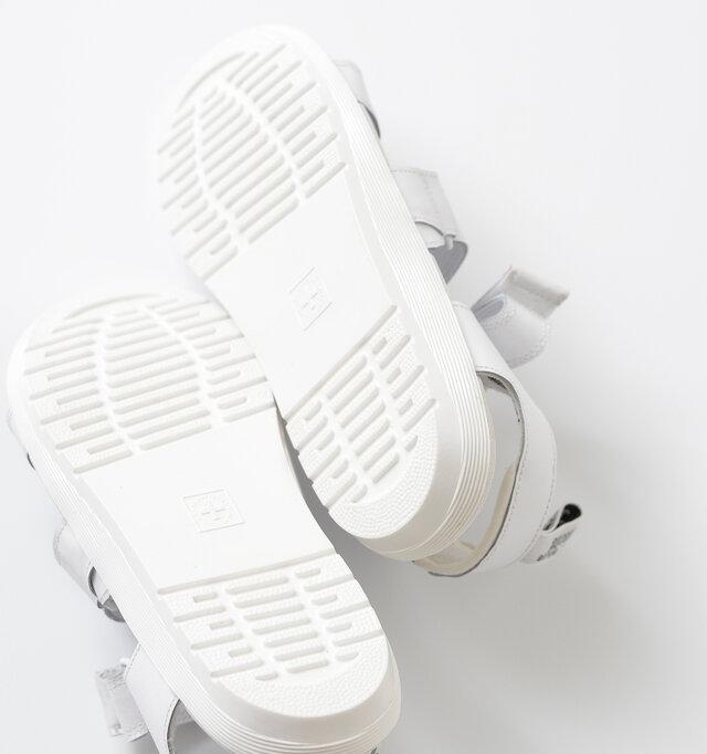 アウトソールにはラバーソールを備え、耐久性と柔軟性に優れた軽いセメント圧着製法で仕上げています。 雨の日でも安心して歩くことができます。