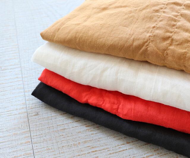 透け感のあるリネン素材を使用。 カラーは、キャメル、オフ、レッド、ブラックの4種類をご用意しました。