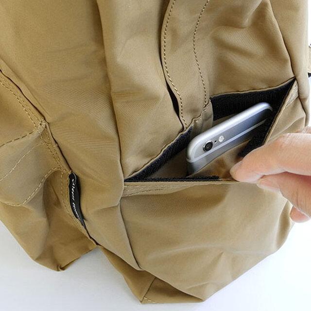 右手側のサイドポケットにはマジックテープがついており、携帯やパスケースなどを入れておくにも安心です。