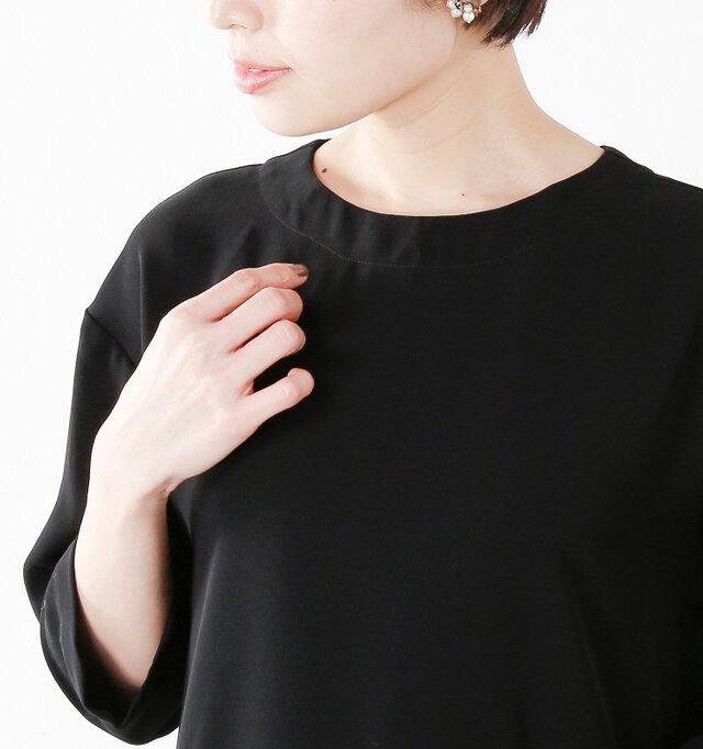 襟を外したノーカラーのスタイル。シンプルなクルーネックは小さな開きで洗練された上品な印象です。