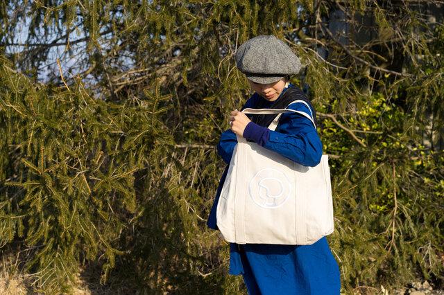 荷物がたくさんある日も安心のタフさと収納力。 必要なものをたっぷり詰め込んで、毎日気軽に使えるバッグです。