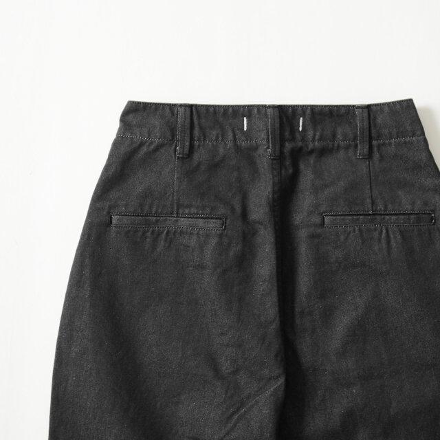バックポケット上にはシルエットを綺麗に見せるダーツを施し、片玉縁ポケットがきちんと感をプラスしています。