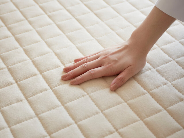 中材は耐久性のある固綿を使用しておりますので程よいボリュームが保てます。表面は2インチブロックキルトで、可愛く立体的何かご不明な点がございましたらお気軽にご質問下さいませ。デザイン表現だけでなく均一な踏み心地と中綿の偏りを抑えてくれます。