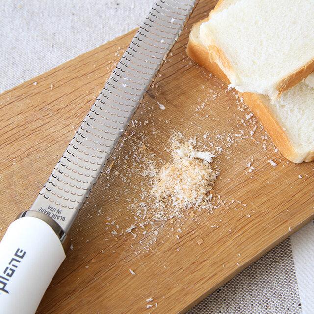 パンは凍らせてからおろすと、ふわふわのパン粉にもなりますし、冷凍ごはんや冷凍うどんなどを器におろして、お水を入れてチンすれば離乳食にも◎  ストレスフリーなおろし器で、いつもの料理をランクアップさせちゃいましょう♪